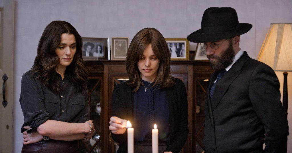 Trong Disobedience, Esti bị kẹp giữa Ronit và Dovid, một người là chồng còn một người là nhân tình cũ. Cô không biết lựa chọn con đường nào để thoát ra.