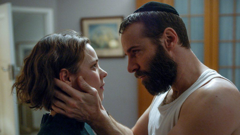 Cuộc hôn nhân của Dovid và Esti là một cuộc hôn nhân giả tạo từ trong ra ngoài. Họ phải làm tình vào mỗi thứ sáu đúng theo luật của dân Do Thái.