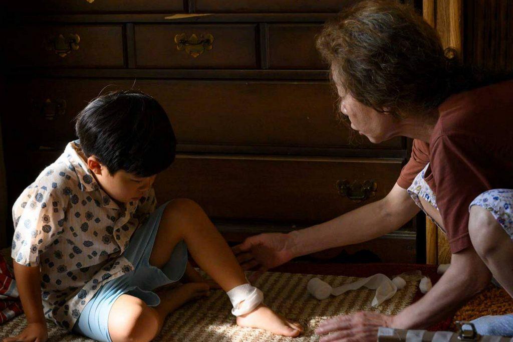 """Sự xuất hiện của người bà gợi lên """"mùi"""" Hàn Quốc cho cả gia đình David lẫn người xem. Ảnh: A24."""