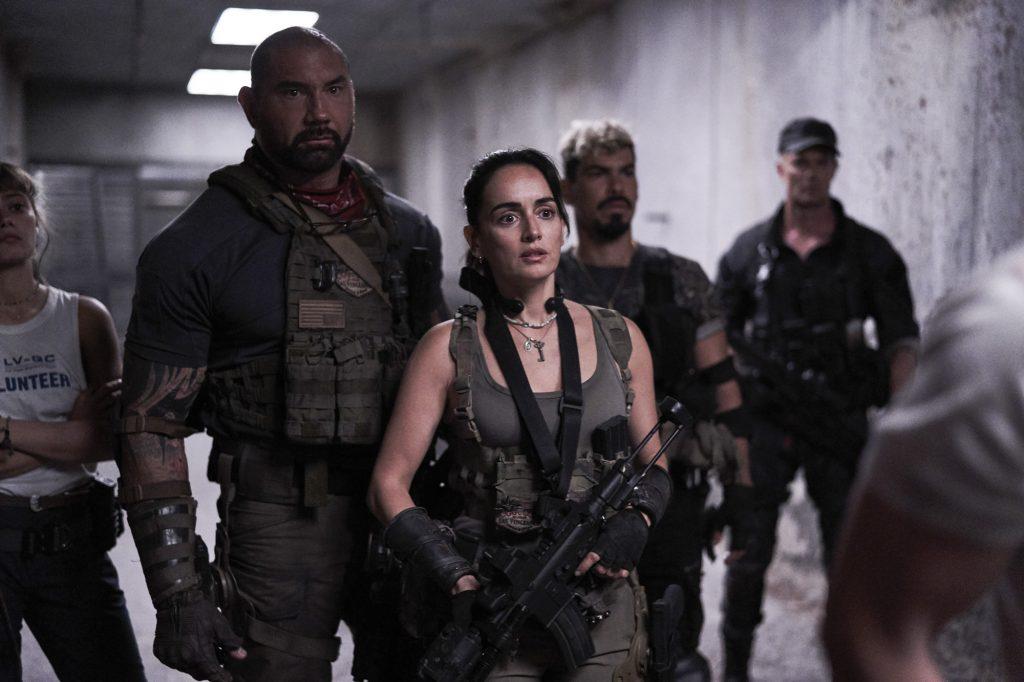 Con người và zombie hiện lên đầy đối lập trong phim.