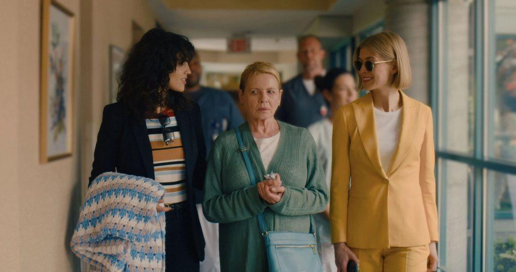 Bộ phim bắt đầu với phi vụ tưởng chừng ngon ăn dành cho Marla Grayson.