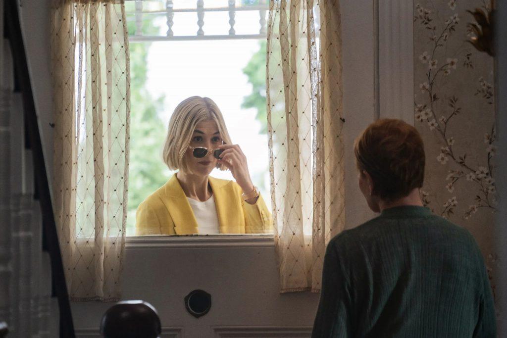Rosamund Pike cuốn hút qua từng cảnh quay trong phim.