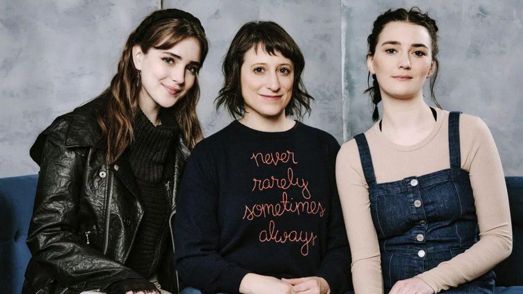 Nữ đạo diễn Eliza Hittman bên cạnh hai diễn viên chính của 'Never Rarely Sometimes Always'.