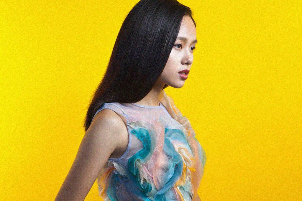 Hình ảnh của Hoàng Quyên trong album Cửa Thơm Mùi Nắng.