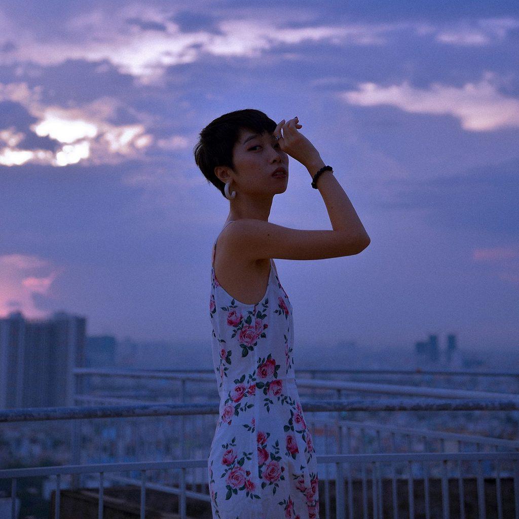 Trong album, Trang xây dựng hình ảnh cô gái yếu đuối cần một vòng tay che chở.